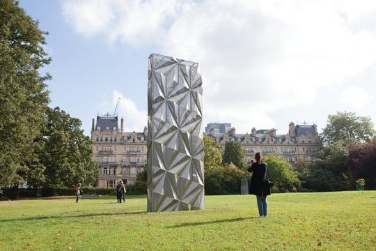 Conrad Shawcross, Monolith (2016), uma das obras que ocupa o Sculpture Park durante a Frize London 2016