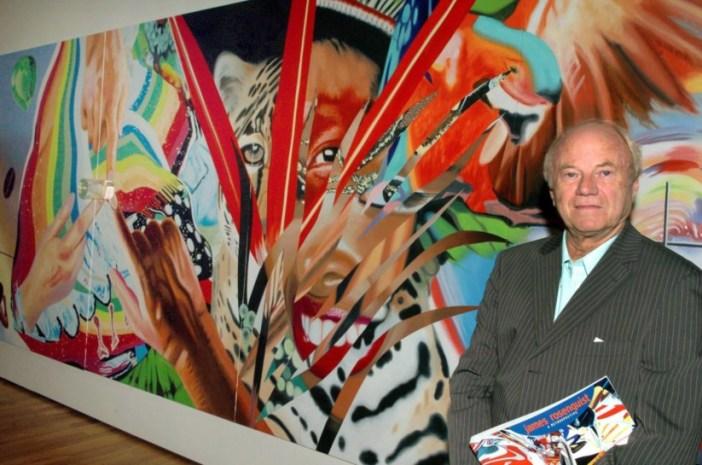 James Rosenquist fotografado em 2005 frente à sua obra Brazil