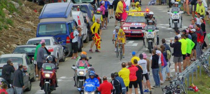 La montée du Plateau de Beille devrait se courir entre 44 et 48 minutes «Plateau de Beille Tour de France 2007» par Adam Baker (AlphaTangoBravo / Adam Baker) — Flickr. Sous licence CC BY 2.0 via Wikimedia Commons.