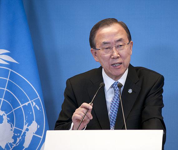 «130408 Ban Ki-moon bij Timmermans 1990 (12676924404)» par Ministerie van Buitenlandse Zaken — 130408 Ban Ki-moon bij Timmermans 1990. Sous licence CC BY-SA 2.0 via Wikimedia Commons.