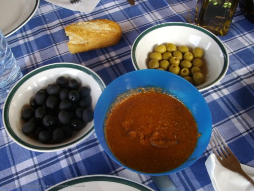 Calçots sauce and olives