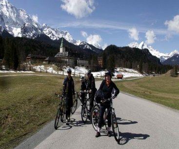 mit Mountainbike vor Schloss Elmau beu Garmisch Patenkirchen