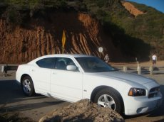 Weißer Dodge Charger (Modell 2010)am Highway Number 1