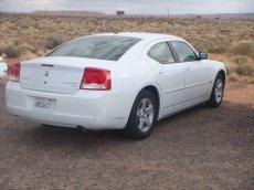 Weißer Dodge Charger (hintere Ansicht) am Horseshoe Bend in Arizona