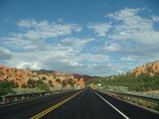 Highway-Zufahrt zum wunderschönen Bryce Canyon, Utah
