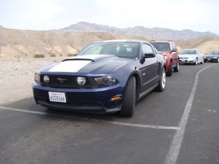 Blauer Ford Mustang (Modell 2005) im Death Valley