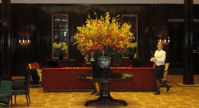 Hotelhalle mit Blumenstrauss im Baur au Lac