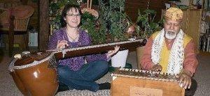 Marlies Lange-Lodh und Nepal Lodh die Matras auf Tambura und Harmonium begleitet
