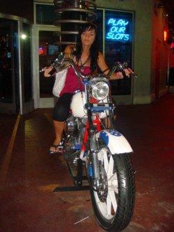 Wir toben uns auf einen der Motorräder im Eingangsbereich eines der zahlreichen Hotels aus