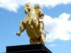 Der Goldene Reiter von unten