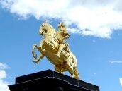 Der Goldenen Reiter von der Seite