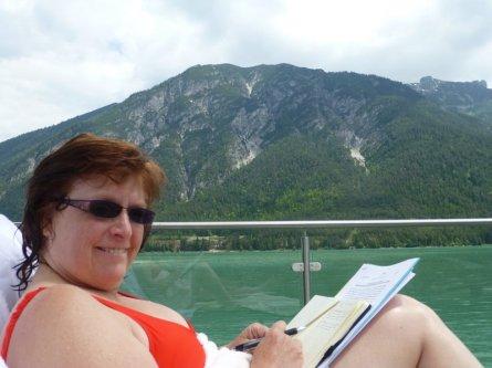 Redakteurin Gabi beim Arbeiten am See