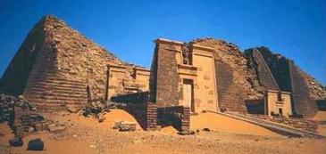 Pirâmides de Meroe com sua torre-como a Capela de Entradas