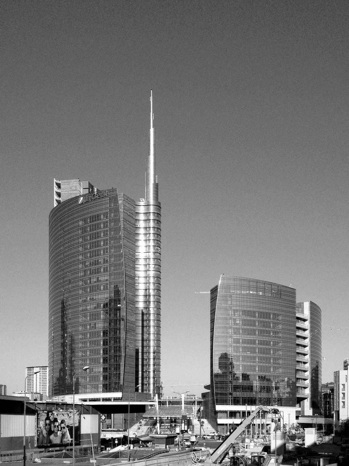 A Milano si cammina in cerca di architetture