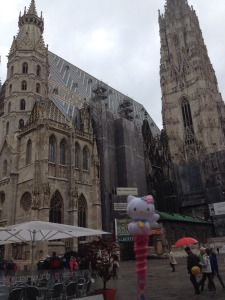 Touringkitty poses in front of the Stephansdom.