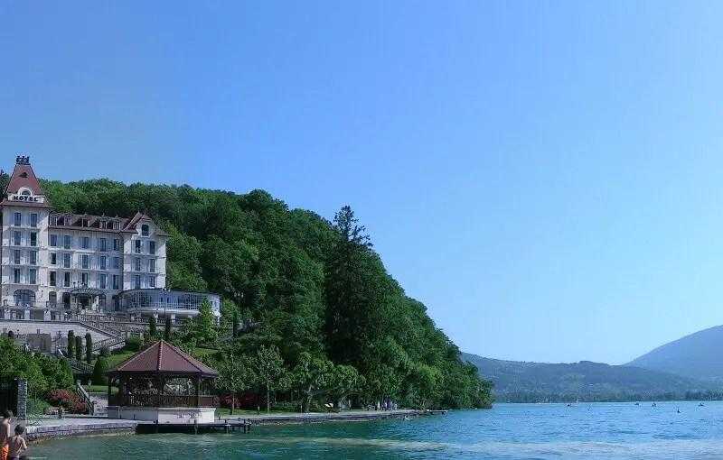Menthon saint bernard tourisme annecy for Hotel piscine annecy