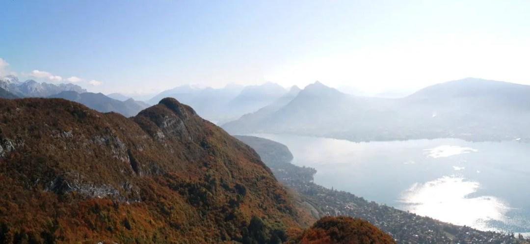 Depuis les montagnes, le lac