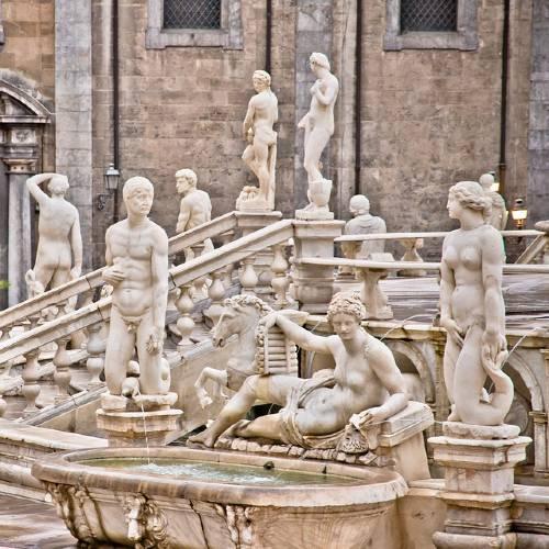 Particolare della Piazza della Vergogna di Palermo con diverse statue nude di uomini e donne