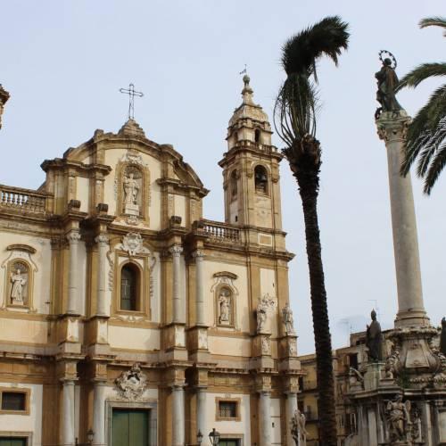 Chiesa di San Domenico a Palermo con particolare dell'obelisco presente nella piazza