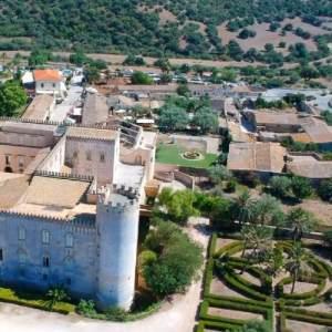 Visuale dall'alto del Castello di Donnafugata a Ragusa con pertinente giardino