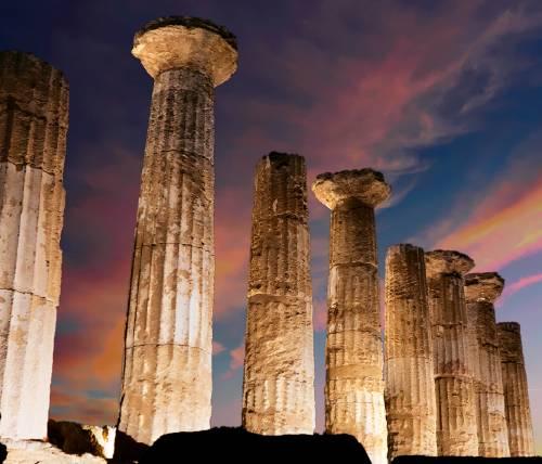 Particolare del Tempio di Ercole ad Agrigento su cielo scuro