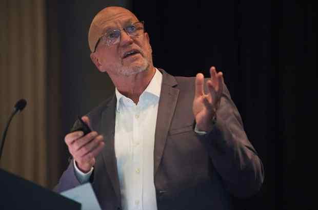 Derek Hanekom presnting at the Foord and Wine Tourism Conference