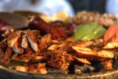 Poc-chuc de pollo, longaniza de Valladolid asada y fajitas de pollo a la yucateca