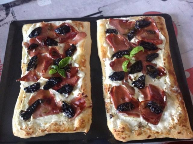 pizza chèvre speck et pruneaux 2