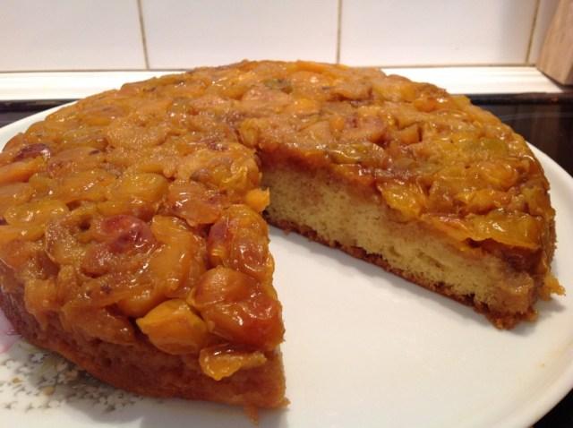 gâteau aux mirabelles et caramel entamé