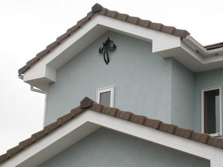 屋根を見上げれば、壁飾り(妻飾り)が大きなアクセントとなります。 エレガントな雰囲気がより建物を引き立てています。