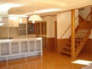 白と木目調で統一したキッチンは使いやすさを第一にしながら見せる収納に