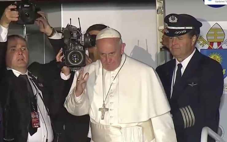 Pope Francis sides with Kim Davis