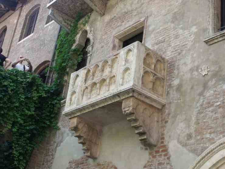 Juliet's_House,_Via_Cappello,_Verona_-_Balcony
