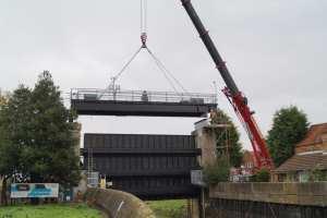 The sluice gate top platform is reinstalled