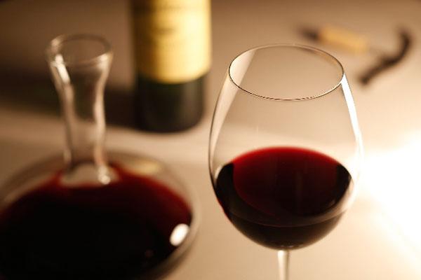 グラスに入ったワインとデキャンタ