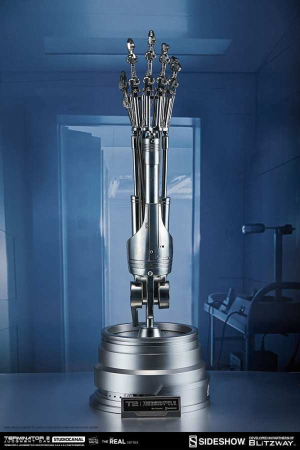 terminator2-judgment-day-t-800-endoskeleton-arm-and-brain-chip-collectible-set-sideshow-400355-03
