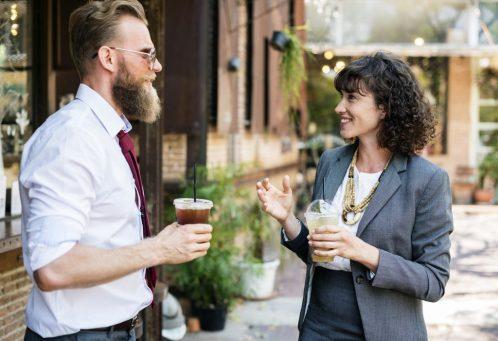 coppia parlare felici contenti COMPRENDERE I MECCANISMI DEL PENSIERO