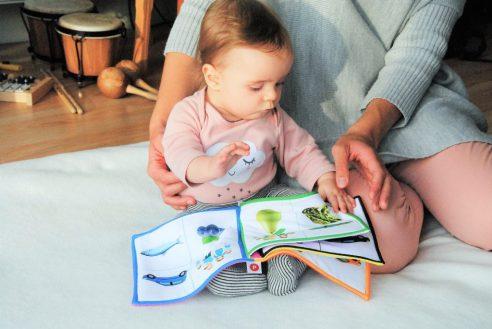 niño jugar bebé madre jugando