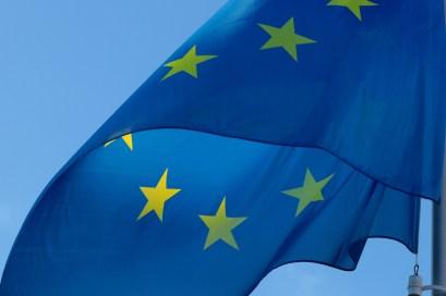 bandiera europa EUROPA LAVORA IN UN CODICE ETICO SULL'INTELLIGENZA ARTIFICIALE