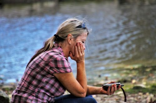 mujer preocupada sola CUANDO NOS RECHAZAN PERSONAS QUE NO NOS CONOCEN