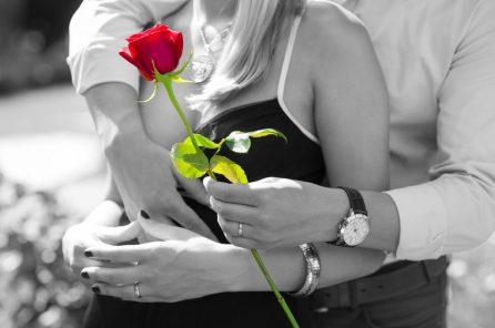 pareja enamorados cita amor rosa roja  GUÍA PARA EL AMOR: CÓMO ENAMORAR A UNA MUJER