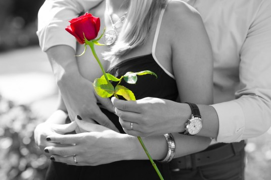 amore innamorare appuntamento romantico conquistare  partner fiore rosa rosso GUIDA ALL'AMORE: COME CONQUISTARE UNA DONNA