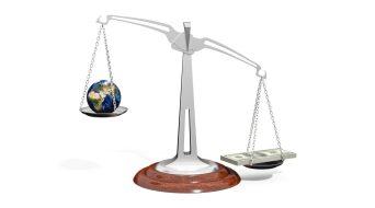 balanza dinero planeta