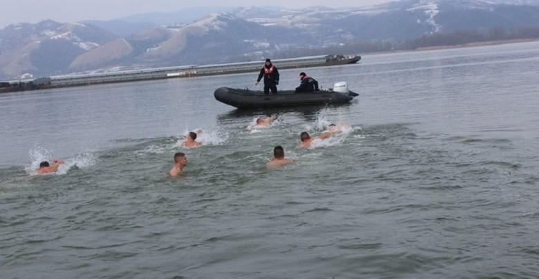 Photo of U LEDENOJ VODI DUNAVA: I ove godine najhrabriji u Velikom Gradištu plivaju za Časni krst