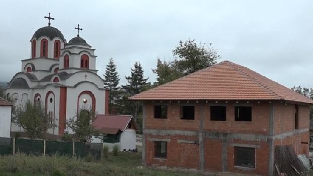 Photo of Postavljen krov na konaku i završeni radovi u porti crkve u Laznici