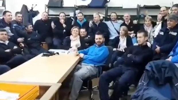 Photo of NE ODUSTAJU: Radnici Pošte protestuju uz pesmu njihovog kolege Branka Kockice i portrete Željka Samardžića (VIDEO)