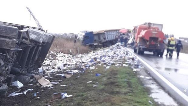 Photo of TEŠKA NESREĆA KOD KOVINA: Prevrnula se dva kamiona, pa u njih naleteo treći! (FOTO)