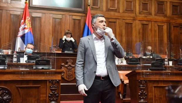 Photo of HAOS U SKUPŠTINI! Lider Dveri upao sa pištaljkom, sednica prekinuta! (VIDEO)