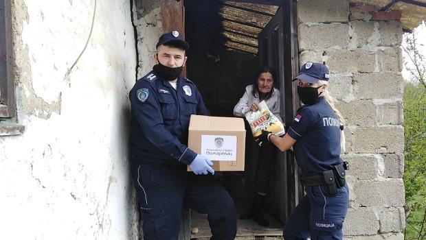 Photo of NA HUMANOM ZADATKU: Čuvari reda iz Braničevskog okruga delili pakete ugroženim sugrađanima (FOTO)