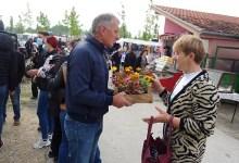 Photo of KUČEVAČKI NAPREDNJACI U AKCIJI: Prodale se Vlajne za par sadnica cveća (FOTO)